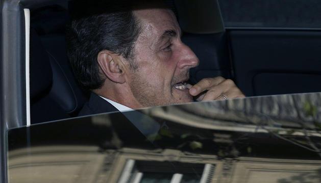 Sarkozy, fotografiado en su coche este viernes