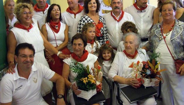 En el centro, sentadas y de izda. a dcha.: Beatriz Aznárez (hija de Concepción Catalán) y Esperanza Reyero.