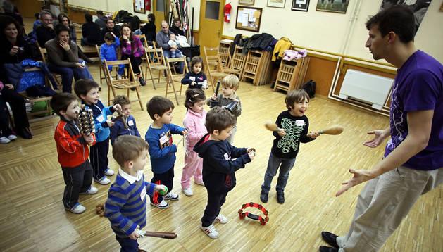 Unos niños participan en un taller de percusión en la escuela Fernando Remacha de Tudela