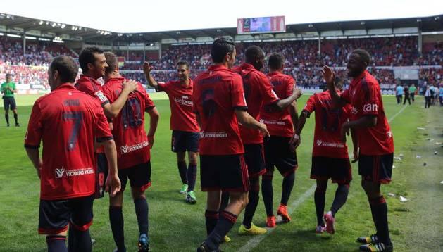 Los jugadores de Osasuna se felicitan por el gol de Torres