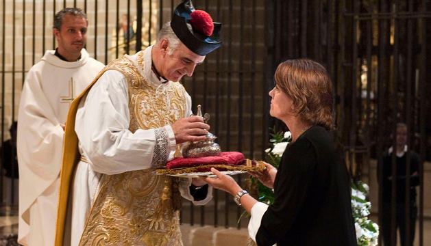 La presidenta Barcina hace entrega de la ofrenda al Dean de la Catedral