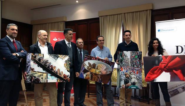 Los ganadores posan con sus obras