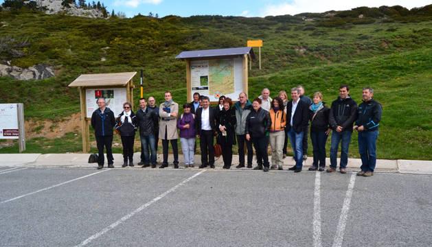 Autoridades asistentes en primavera a la inauguración del sendero interpretativo desde el refugio de El Ferial del centro de esquí de Roncal.
