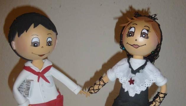 Leire Moreno, de 30 años y vecina de Viana, diseña y fabrica muñecas personalizadas que regala a familiares y amigos.