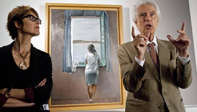 El director del Museo Dalí, Antoni Pitxot (d), y la directora del Centro de Estudios Dalinianos, Montse Aguer (i), ante el cuadro 'Muchacha en la ventana'