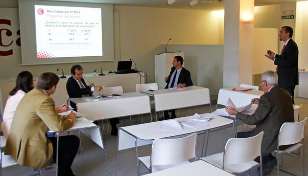 Sentado, a la izquierda, Íñigo Eugui, a su lado, Cristina Oroz, Javier Arístegui y Javier Cortajarena. De pie, Fernando San Miguel, y sentado, a la derecha, Francisco San Martín.