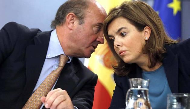 De Guindos y Sáenz de Santamaría, en la rueda de prensa tras el Consejo de Ministros.
