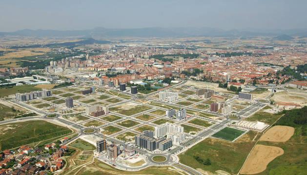Vista aérea del nuevo barrio de Lezkairu con el campo de fútbol a la derecha, el Ensanche y el Tenis en  el centro, y la UPNA y Mutilva a la izquierda.