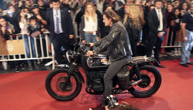 Orlando Bloom llega en moto al Kursaal