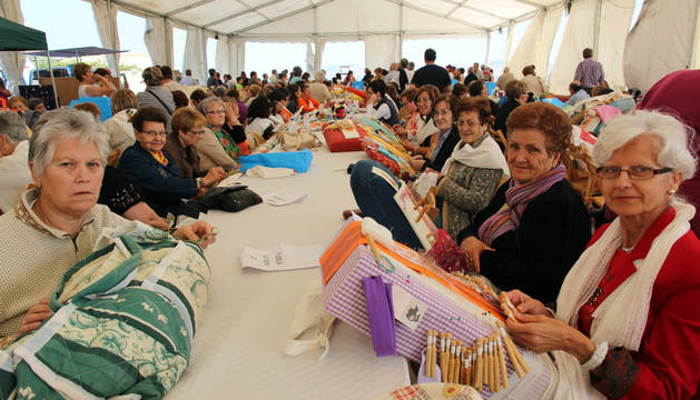Un grupo de encajeras de bolillos realiza su labor en el encuentro de Fontellas.