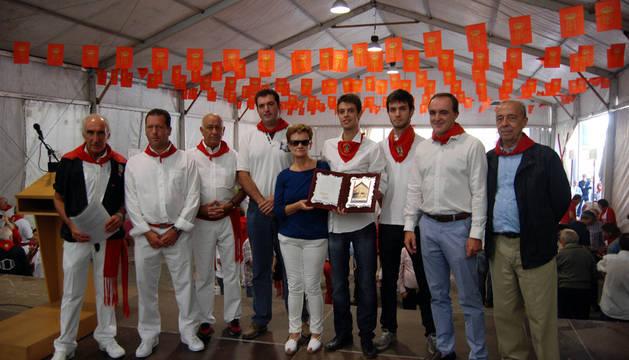 De izquierda a derecha,  Jesús Armendáriz, Pedro López Alejandría, Javier Navarro, David Palacios, Rosa Sáez (viuda de Ladislao Montiel), Miguel y Jorge Montiel (hijos), José Javier Esparza y José Cruz Pérez Laparazarán.