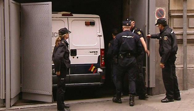 Imagen tomada de televisión del furgón policial que traslada al presunto jefe de la célula yihadista vinculada al Estado Islámico