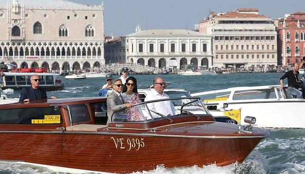 La nueva pareja de moda, recién casada, paseó su amor por los canales de Venecia.