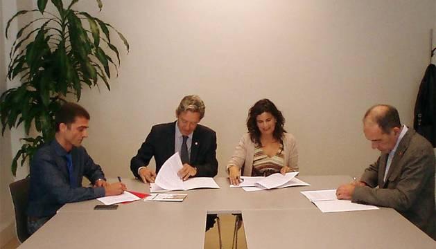 Oto, Rodríguez, García y Herreros firman el convenio de colaboración.