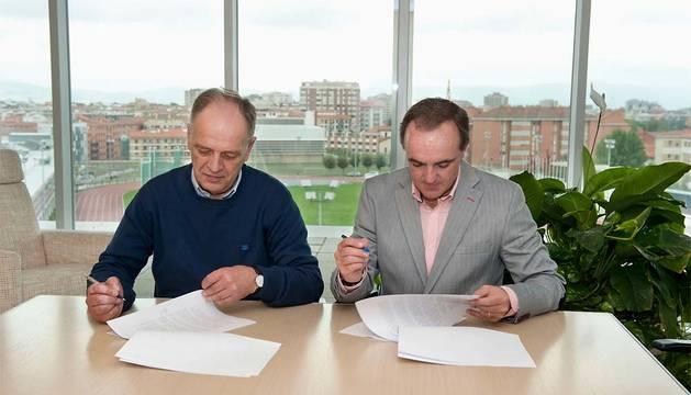 El consejero Esparza (derecha) y Yoldi, firmado el convenio.