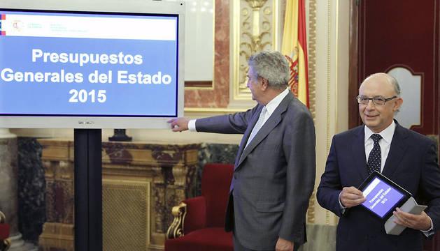 El ministro de Hacienda, Cristóbal Montoro, y el presidente del Congreso, Jesús Posada, este martes