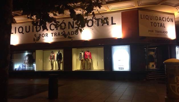 Momento en el que en Cuadrado cuelgan el cartel de 'Liquidación'