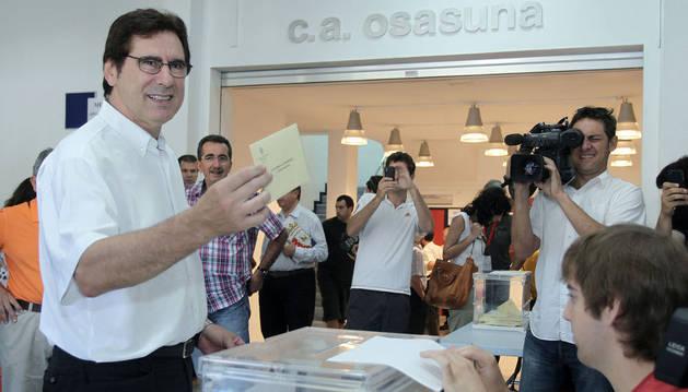 Javier Zabaleta, votando en las elecciones de 2012