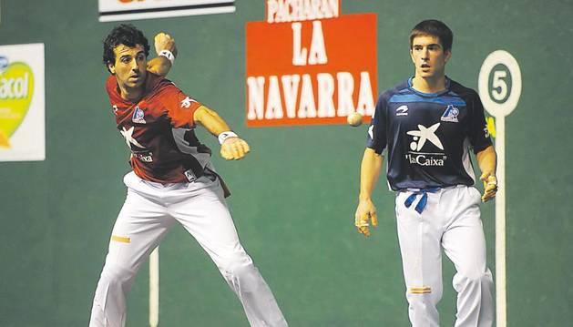 Aritz Lasa golpea a una pelota en presencia de Aitor Mendizabal