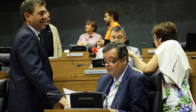 Los escaños del PSN, con Roberto Jiménez y, sentado, Juan José Lizarbe,  en un pleno.