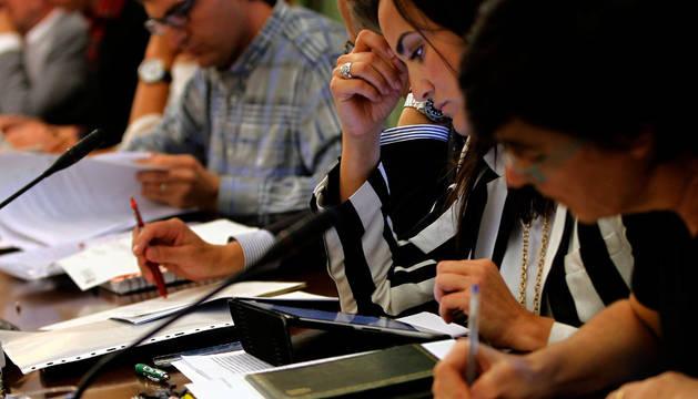En primer término, Edurne Eguino (I-E) realiza anotaciones y Cristina Sanz (PP) consulta su ipad.