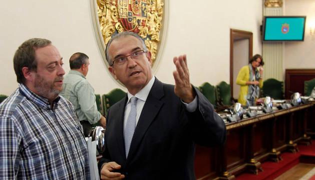 El alcalde Enrique Maya y Jorge Mori conversan poco antes de iniciarse la sesión.