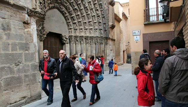 Turistas pasan por la Puerta del Juicio de la catedral de Tudela, uno de sus mayores atractivos