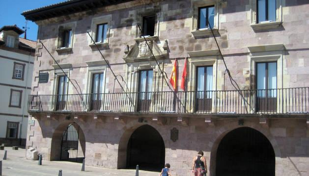 Aspecto parcial del Ayuntamiento de Baztan, en la plaza de los Fueros de Elizondo.