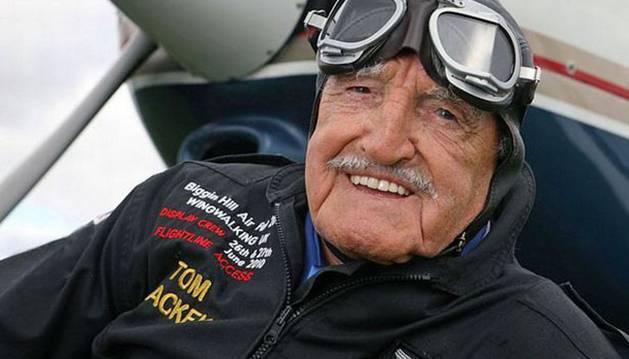 El acróbata nonagenario Tom Lackey intentará sobrevolar Gibraltar