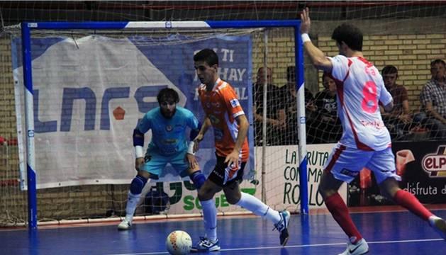 Lucas controla el balón delante de Molina