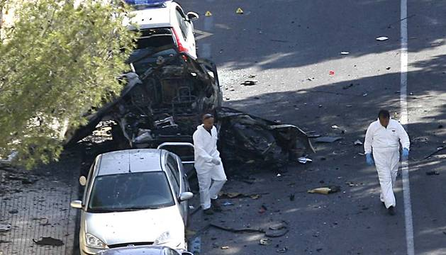 Dos agentes, en el lugar del atentado en 2009.