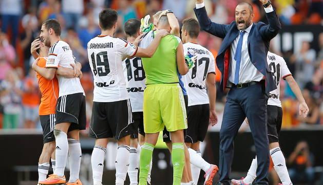 Los jugadores y el entrenador del Valencia celebran la victoria