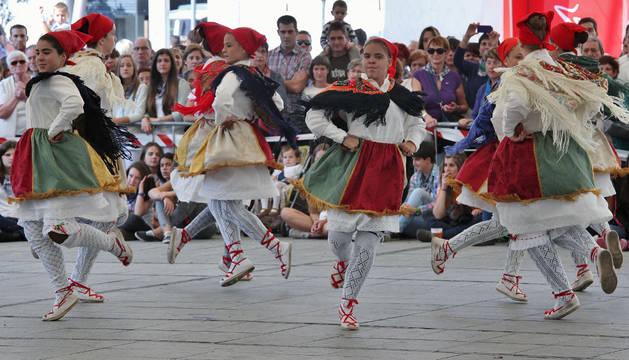 Villava rinde tributo con el chupinazo al grupo de danzas