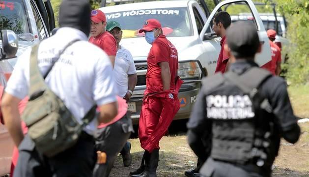 Investigadores a las afueras de Iguala.