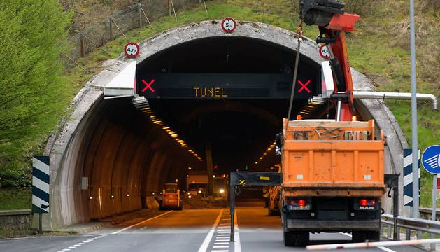 Operarios trabajan en el túnel de Almandoz el pasado mes de abril