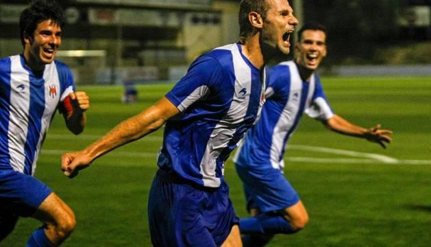 Los jugadores del Izarra celebran un gol en la eliminatoria anterior