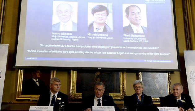 Una pantalla muestra los retratos de los japoneses Isamu Akasaki, Hiroshi Amano y Shuji Nakamura