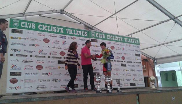 Pruden Induráin le entrega el trofeo a Sergio Araiz como primer cadete