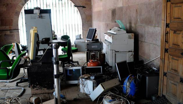 Mobiliario afectado por la riada, apilado en los bajos de la Casa Consistorial