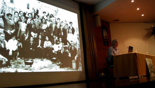 Un momento de la charla, protagonizada por el historiador Josu Chueca