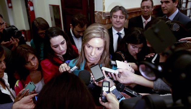 La ministra Ana Mato, en declaraciones en los pasillos del Congreso de los Diputados este miércoles