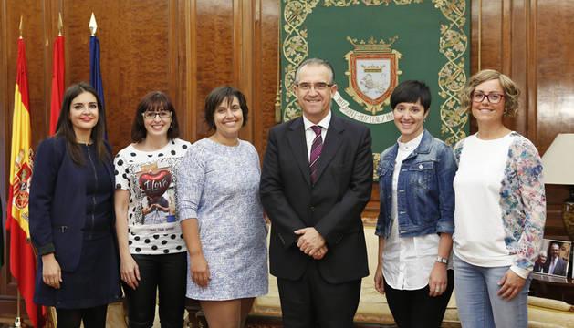 El alcalde de Pamplona recibe a las impulsoras del proyecto Konjunto