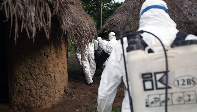 Personal especializado en la lucha contra el ébola, en un poblado de Sierra Leona