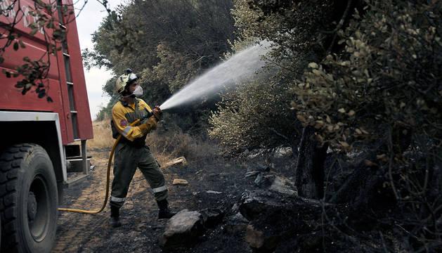 Un bombero, durante la extinción del fuego declarado en Ujué en julio