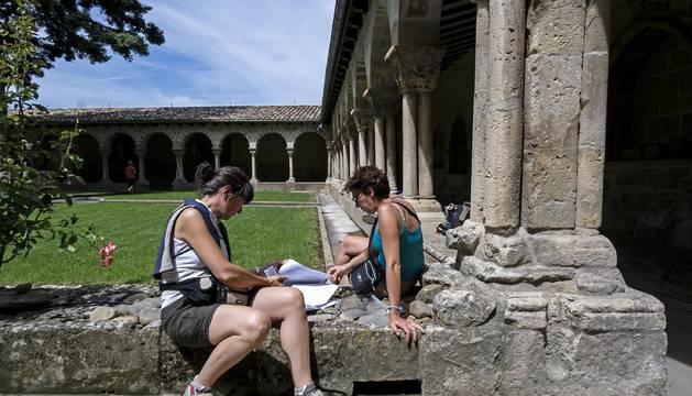 Visitantes en un momento de descanso en el claustro de San Pedro en una imagen tomada este verano