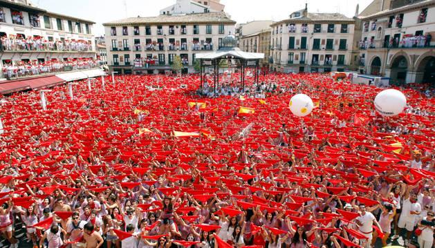 Imagen de la plaza de los Fueros de Tudela el día del cohete de las fiestas.