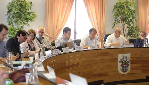 Una sesión plenaria de la corporación de Barañáin, cuyo Ayuntamiento gasta el 51% en personal.
