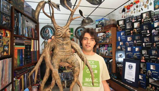 Silva Vargas, junto a su colección de objetos de Harry Potter
