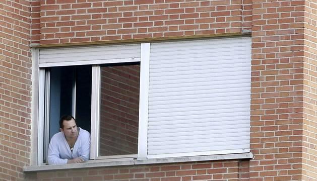 El marido de Teresa Romero, asomado desde su habitación del hospital