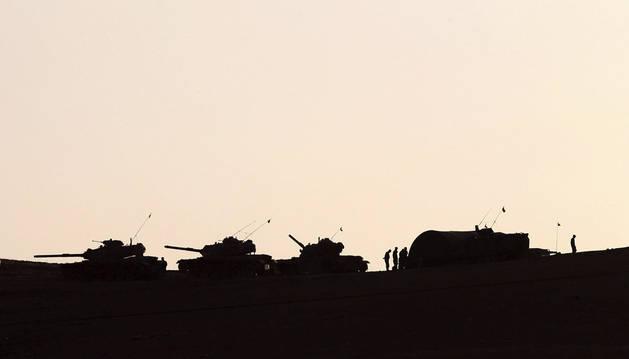 Tropas turcas defienden la frontera con Siria cerca de Kobani